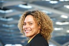 Retrato lateral horizontal do sorriso afro-americano da mulher de negócio imagem de stock royalty free