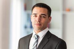 Retrato latino-americano seguro do homem de negócio fotos de stock royalty free