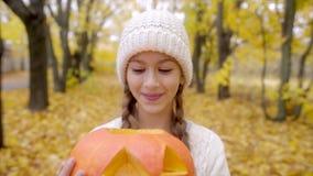 Retrato lindo de la muchacha con la linterna del ` del enchufe o en Halloween almacen de video