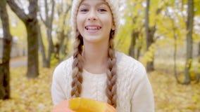 Retrato lindo de la muchacha con la linterna del ` del enchufe o en Halloween metrajes