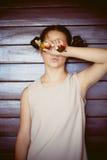Retrato lindo de la muchacha con las gafas de sol Imagen de archivo libre de regalías