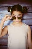 Retrato lindo de la muchacha con las gafas de sol Fotos de archivo libres de regalías