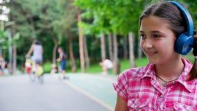 Retrato lindo de la muchacha en el parque que patina y que sonríe metrajes