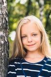 Retrato lindo de la niña cerca del abedul del árbol Foto de archivo libre de regalías
