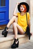 Retrato lleno al aire libre del cuerpo de la señora de moda hermosa joven que presenta en la calle Verano elegante que lleva mode imagenes de archivo