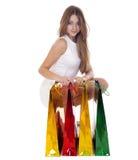 Retrato lleno de la muchacha rubia joven sonriente con compras coloridas Fotografía de archivo libre de regalías