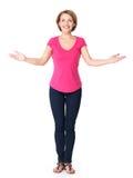 Retrato lleno de la mujer feliz adulta con gesto de la presentación Imagenes de archivo