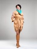 Retrato lleno de la mujer feliz en capa del otoño con la bufanda verde Imagen de archivo