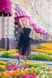 Retrato lleno de la mujer hermosa en la situación negra del vestido Imagenes de archivo