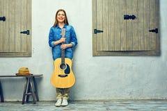 Retrato lleno del cuerpo de la mujer joven con la guitarra Fotografía de archivo libre de regalías