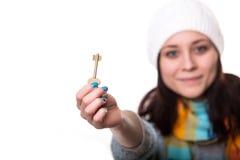 Retrato lleno del cuerpo de la mujer o del agente inmobiliario sonriente feliz joven de negocios que muestra llaves de la nueva c Imagen de archivo