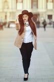 Retrato lleno del cuerpo de la señora hermosa joven que lleva la ropa clásica elegante que camina en la calle Muchacha que mira a Foto de archivo libre de regalías