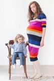Retrato lleno del cuerpo de una hija de la mujer embarazada Foto de archivo libre de regalías