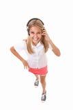 Retrato lleno del cuerpo del alto ángulo de la diversión del adolescente precioso con los auriculares, aislado Imágenes de archivo libres de regalías