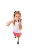 Retrato lleno del cuerpo del alto ángulo de la diversión del adolescente precioso con los auriculares, aislado Foto de archivo libre de regalías