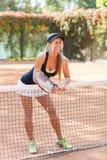 Retrato lleno del cuerpo del jugador de tenis atractivo de la mujer en la acción en un campo de tenis al aire libre Imágenes de archivo libres de regalías