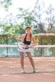 Retrato lleno del cuerpo del jugador de tenis de sexo femenino sonriente después del juego al aire libre Imagen de archivo