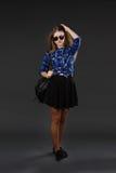 Retrato lleno-lenght de una muchacha en una camisa de tela escocesa y una falda negra Fotografía de archivo libre de regalías