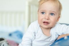 Retrato louro caucasiano bonito do menino da crian?a que grita em casa durante a crise hist?rica Pouco sentimento da crian?a tris imagens de stock