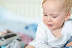 Retrato louro caucasiano bonito do menino da crian?a que grita em casa durante a crise hist?rica Pouco sentimento da crian?a tris fotos de stock