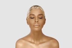 Retrato mágico da menina com pele do ouro Composição criativa dourada, retrato do close-up no tiro do estúdio, cor fotos de stock royalty free