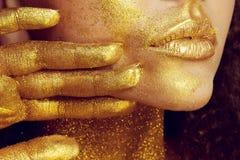 Retrato mágico de la muchacha en oro Maquillaje de oro Imagen de archivo libre de regalías