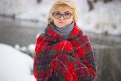 Retrato macio da menina só impar que senta-se na pessoa fêmea sem amigos da floresta nevado do inverno com emocional triste fotografia de stock