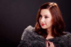Retrato macio do foco da jovem mulher bonita que veste um casaco de pele Imagens de Stock