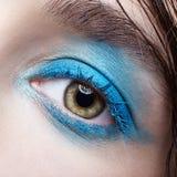 Retrato macro do close up do olho fêmea humano com composição fumarento azul dos olhos fotos de stock royalty free