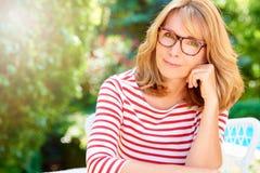 Retrato maduro seguro da mulher fotografia de stock