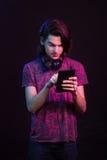 Retrato masculino colorido bonito, tabuleta tocante Imagens de Stock