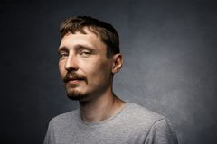 Retrato masculino creativo Hombre joven hermoso que presenta para la cámara Inconformista, el peinado de los hombres elegantes y  foto de archivo libre de regalías