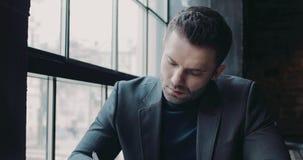 Retrato masculino de los documentos de firma de un hombre de negocios serio en el café Equipo formal, forma de vida activa Vida  almacen de video