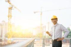 Retrato masculino indio asiático del ingeniero del contratista del sitio Foto de archivo libre de regalías