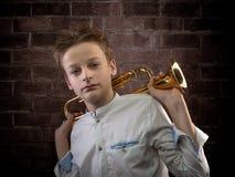 Retrato masculino joven del violinista contra la pared de ladrillo Imagen de archivo libre de regalías