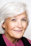 Retrato mayor de la mujer con la blusa violeta Fotos de archivo