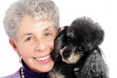 Retrato mayor de la mujer con su caniche Imagen de archivo