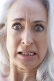 Retrato mayor de una mujer que parece dada una sacudida eléctrica Fotografía de archivo