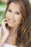 Retrato meio bonito de uma mulher envelhecida Imagem de Stock Royalty Free
