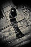 Retrato melancólico de la muchacha depresiva extraña del goth entre las ruinas. Oscuro fotos de archivo