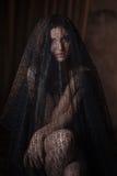 Retrato misterioso da ternura da mulher bonita no véu preto do laço Imagens de Stock Royalty Free
