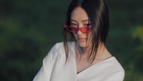 Retrato modelo asiático de la moda con aire libre elegante creativo del maquillaje almacen de video