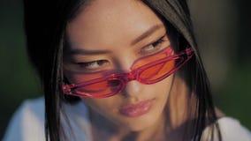 Retrato modelo asiático de la moda con aire libre elegante creativo del maquillaje metrajes