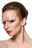 Retrato modelo de la belleza con las cejas creativas Foto de archivo libre de regalías