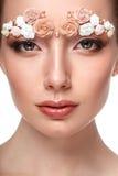 Retrato modelo de la belleza con las cejas creativas Imagen de archivo libre de regalías