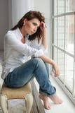 Retrato modelo de la mujer de la belleza con moreno rizado fotografía de archivo