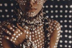 Retrato modelo elegante atrativo novo bonito com o ornamento tradicional na pele e na cara foto de stock