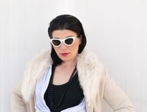Retrato modelo fêmea com óculos de sol brancos fotos de stock