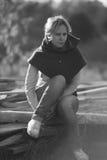 Retrato monocromático al aire libre de una muchacha Imagenes de archivo