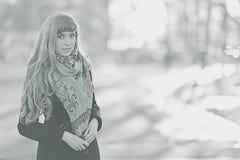 Retrato monocromático da moça no parque Fotografia de Stock Royalty Free